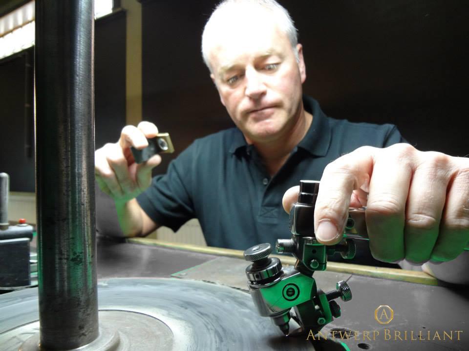 無限の色彩を追い求めるフィリッペンスベルト氏ダイヤモンド研磨ブリッジ銀座