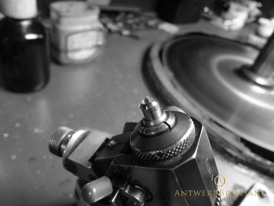 トングに固定したダイヤモンドをスカイフで研磨フィリッペンスベルト氏アントワープブリリアントはブリッジ銀座