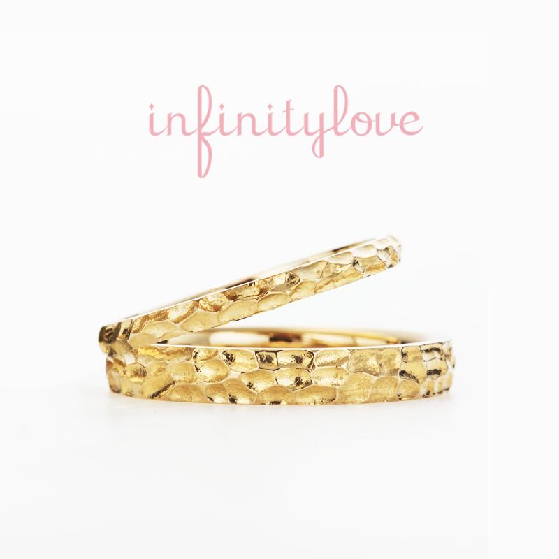 彫刻刀で無造作に彫り込んだアトランダムなデザインが魅力の結婚指輪マリッジリングはインフィニティラブの新作で銀座初登場