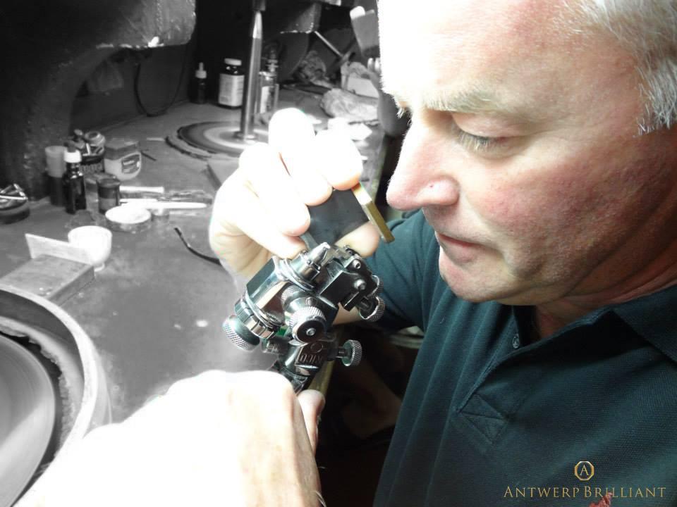ダイヤモンドから蜃気楼のような紫電ファイヤーを呼び覚ますフィリッペンスベルト氏研磨の天才