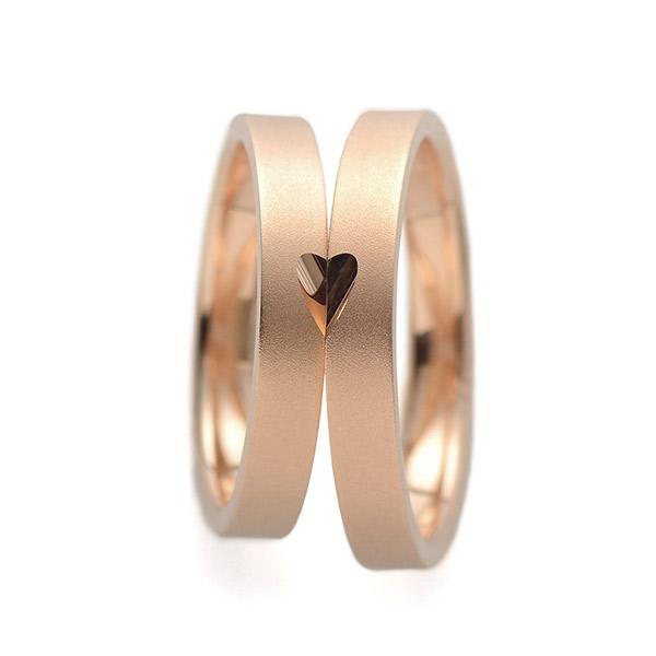 フラットストレートでペア間抜群のシンプルな結婚指輪ですが男女が重なるとハートが現れるキュートなモチーフリング
