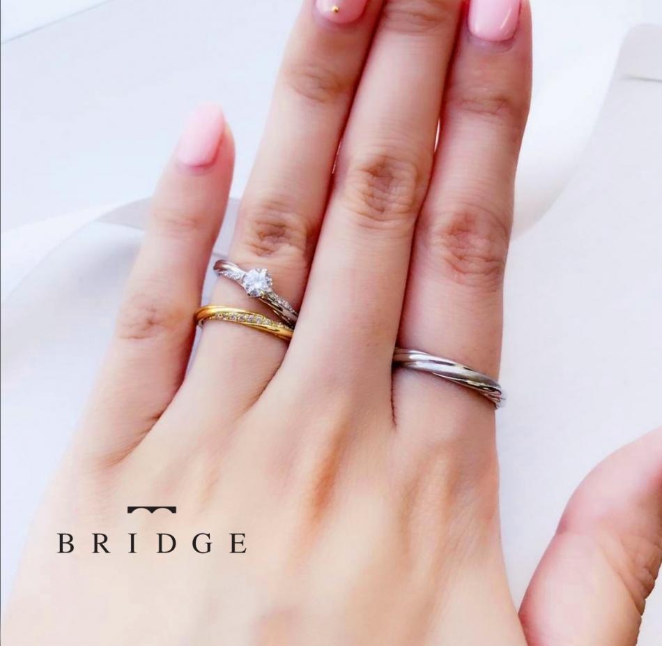 重ね付けも可愛いデザインです。ダイヤモンドラインの輝きがとても美しい婚約指輪、結婚指輪です。