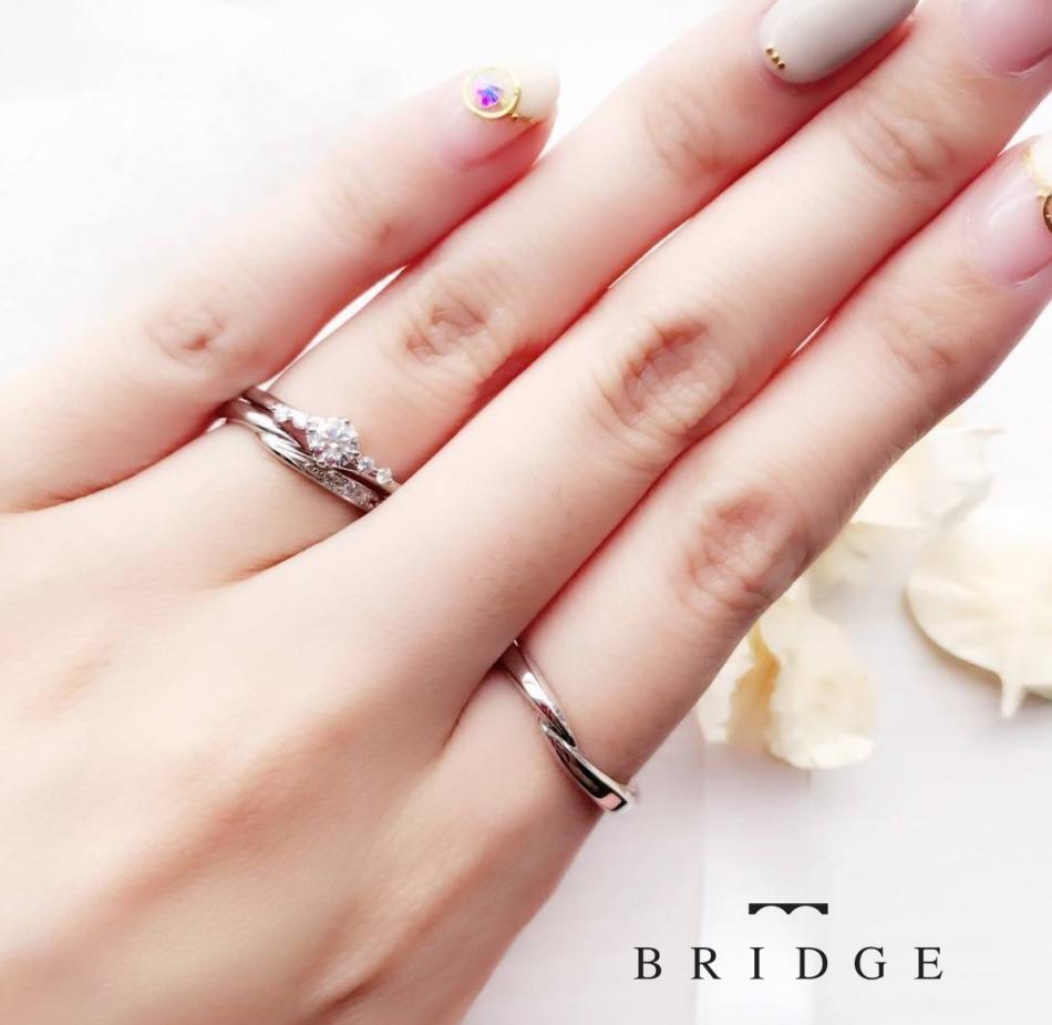 かわいいダイヤモンドラインの入っている、重ね付けがとってもキレイな結婚指輪・婚約指輪をご紹介