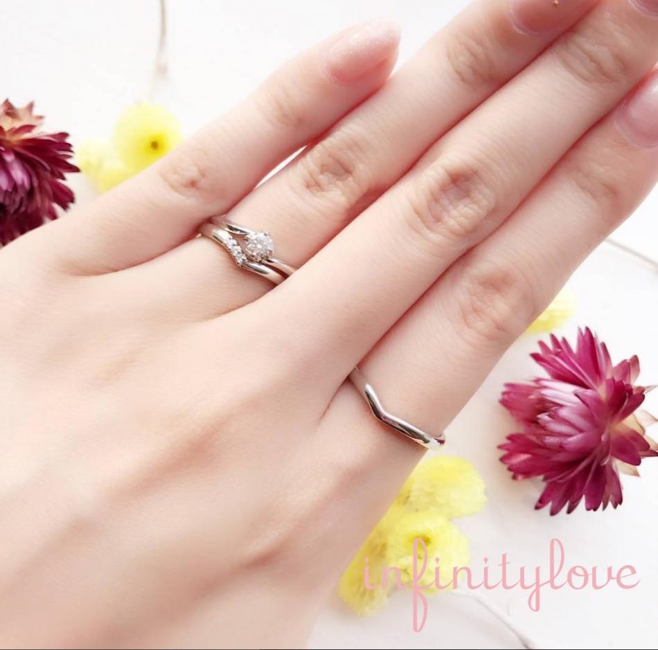 BRIDGE銀座がオススメする プラチナにダイヤモンドの美しさがひきたち、指が長く見えるⅤラインのシンプルな婚約指輪、結婚指輪