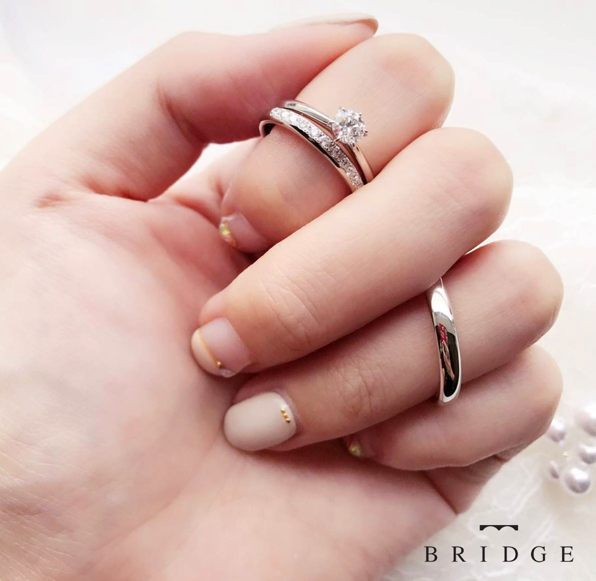 シンプルでエレガントで大人可愛いデザインの結婚指輪・婚約指輪です。重ね付けもキレイです。