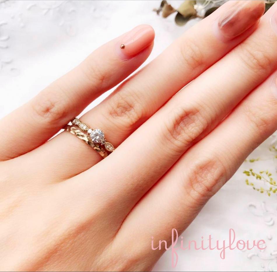 ミルグレイン加工の個性的でヒーローにおすすめしたいカッコイイ婚約指輪と結婚指輪