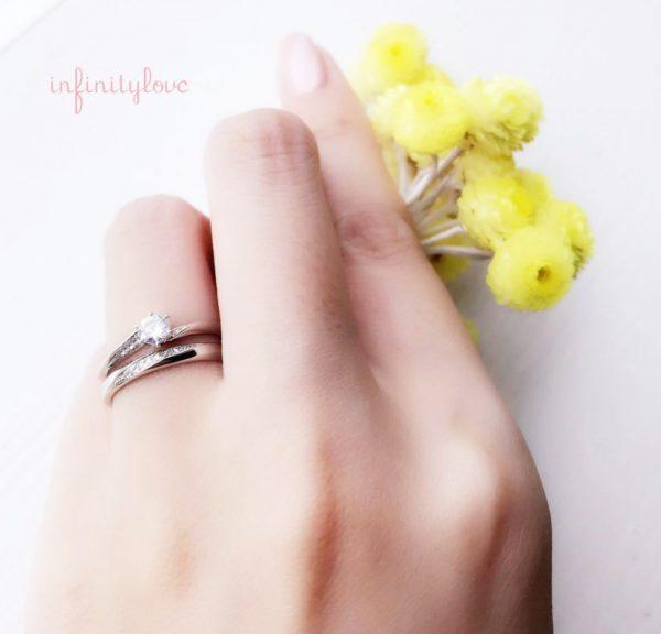 BRIDGE銀座店で人気のセットリング infinitylove(インフィニテイラブ)のJupiter(ジュピター)婚約指輪と結婚指輪を重ねると一層華やかに。ダイヤモンドラインがステキなデザインです。シンプルなプラチナ(PT950)の輝きも素敵