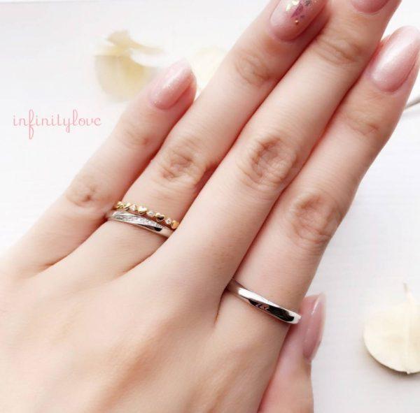 BRIDGE銀座で人気の結婚指輪 infinitylove(インフィニテイラブ)のJupiter(ジュピター)です。シンプルなプラチナ(PT950)にダイヤモンドラインが美しいデザイン。男性用リングはエッジがきいていてシンプルでも人と違うデザインです。
