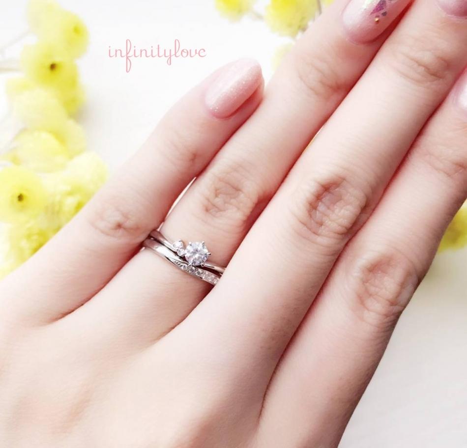 お指を美しく魅せてくれるシンプルで繊細なV字ラインが特徴のinfinityloveのmoonは、アシンメトリーのサイドメレが可愛いです。