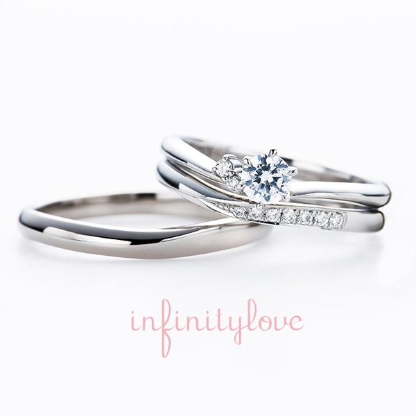 プラチナに美しいダイヤモンドが夜空のように輝く月をモチーフにした婚約指輪、結婚指輪