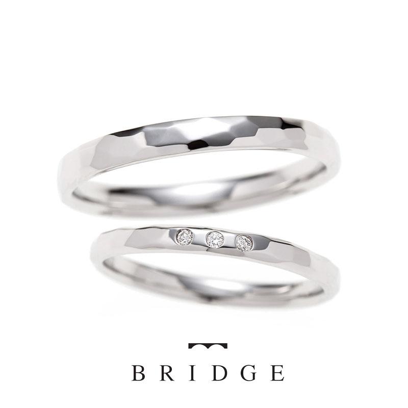 銀座結婚指輪専門店ブリッジでは、シンプルでひとと違うデザインが人気の幸せな偶然は、プラチナで一点一点手作りで職人が表情を作っていくデザイン。男性にも人気。
