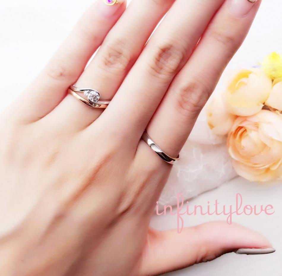 シンプルな婚約指輪と重ねるとハートになる結婚指輪のセットです。