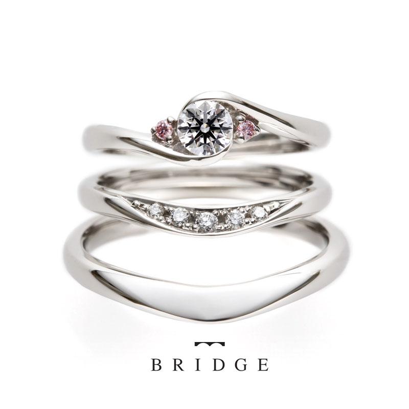 ピンクのメレダイヤモンドが可愛いエンゲージリング。マリッジリングの重ね付けも最高にかわいいリングをご紹介