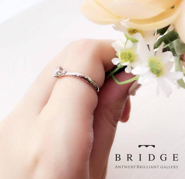 春の福寿草でもある雪割草をモチーフに花弁に包まれた妖精のようなダイヤモンド婚約リング周りにはピンクダイヤモンドも咲いています。