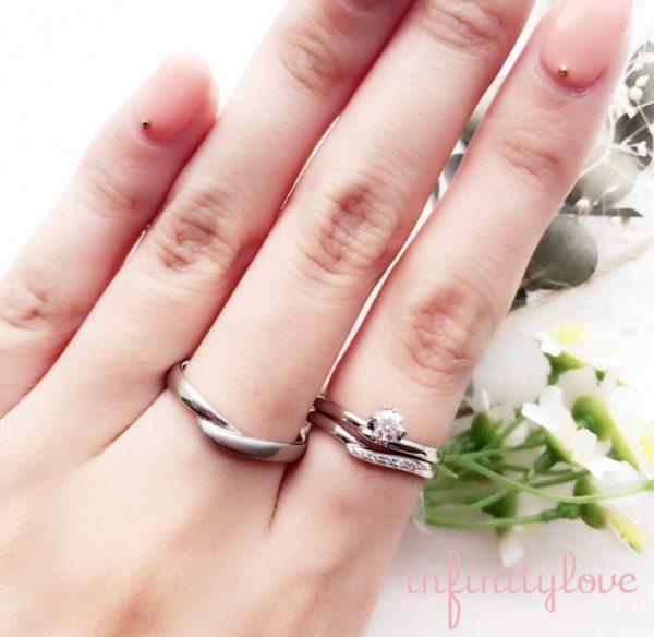 V字デザインの婚約指輪と結婚指輪の重ね付けは指を美しく魅せてくれます。