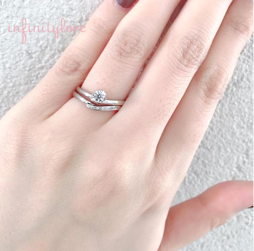 Ⅴ字ラインが指を美しく魅せてくれる婚約指輪