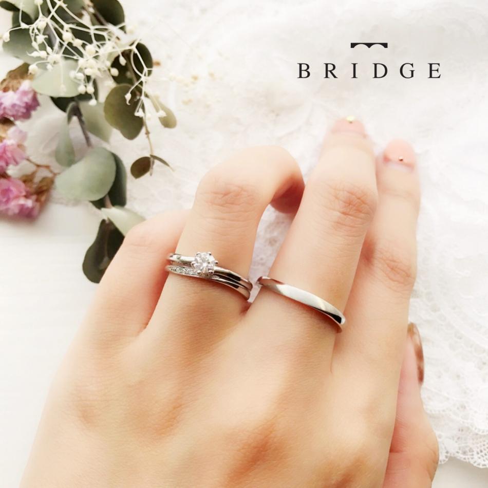 エンゲージリングとマリッジリングを重ね付けしたイメージ。マリッジリングのダイヤがより輝きます