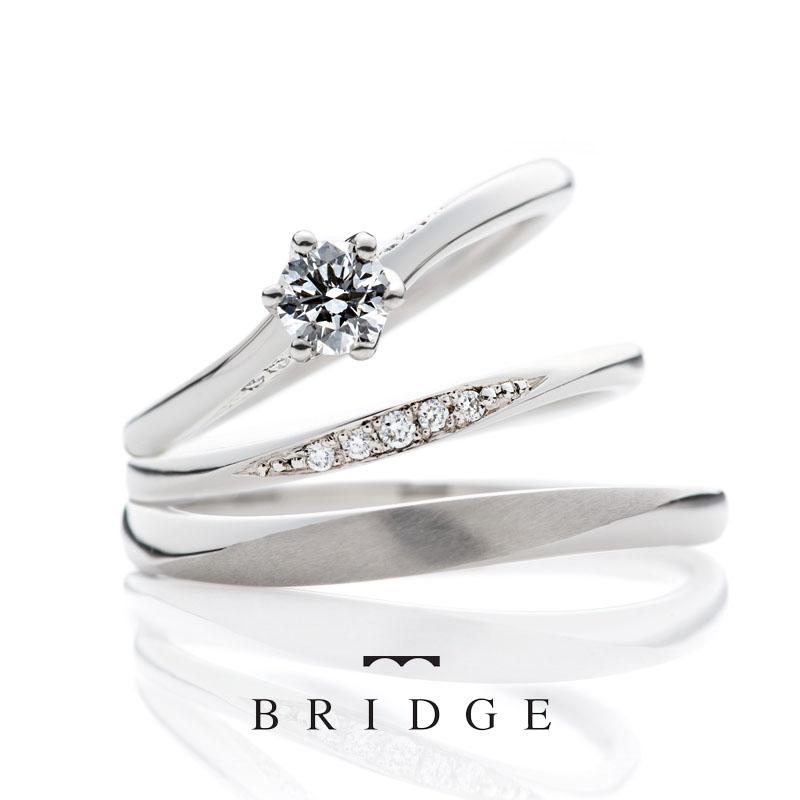 エンゲージリングの爪部分の横に左右3石のメレダイヤモンドが。