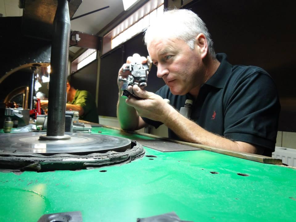 フィリッペンス・ベルト氏ダイヤモンド研磨何度も磨く 業 わざ 職人の手作業 ベルギーアントワープ