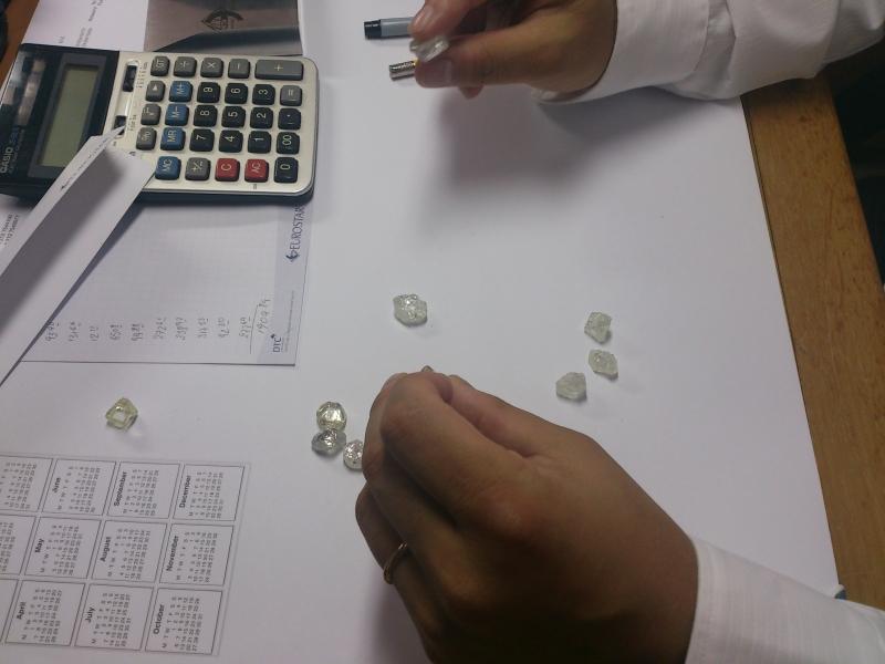 大粒ダイヤモンド原石をセレクト ダイヤモンドは原石で決まる Botswana産ソーヤブル婚約指輪