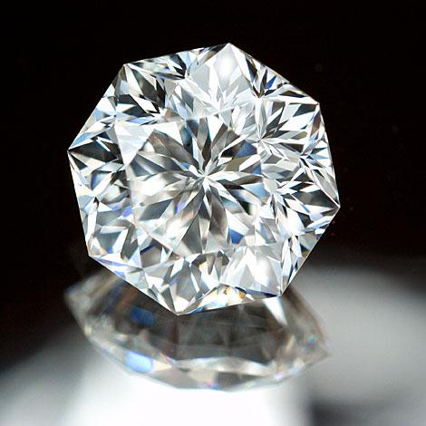 特別な研磨師が仕上げる究極的な輝きを放つダイヤモンドをプロポーズに贈る