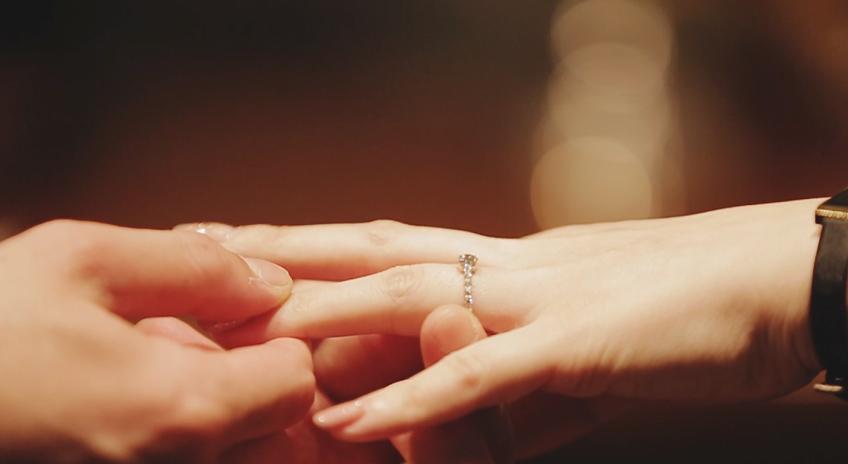 美しい指輪交換の仕方講座は東京ではブリッジ銀座だけの特別な情報ですダイヤモンドエンゲージをきれいに彼女に着けてあげよう