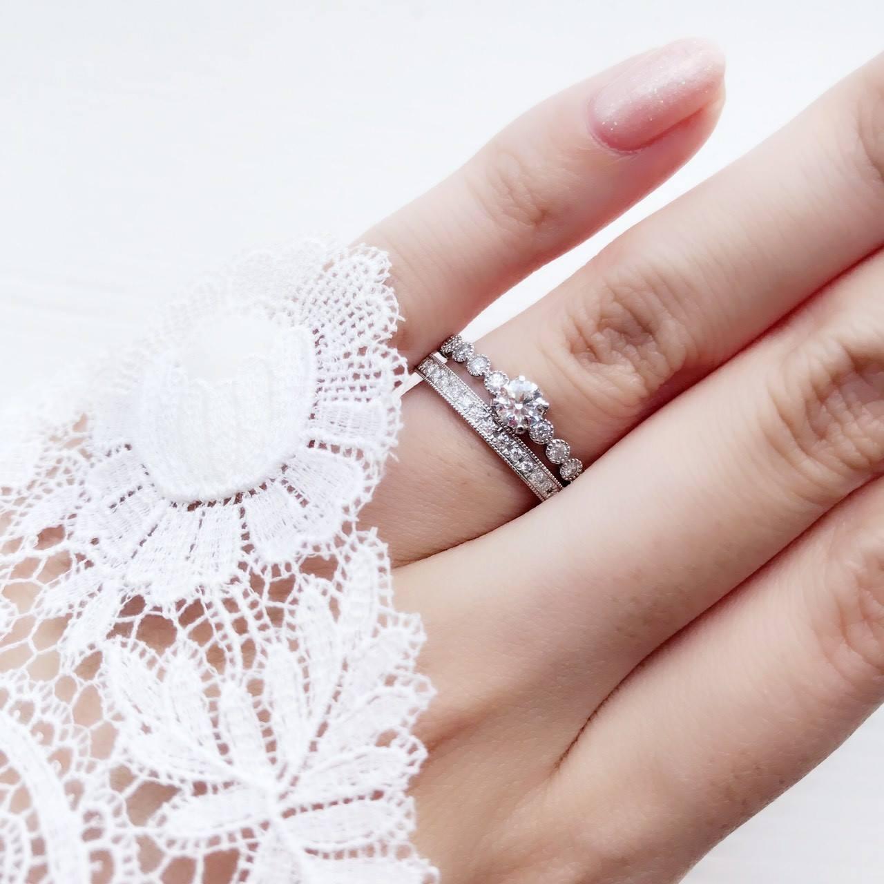 アンティークなミルグレイン加工のメレダイヤモンドまで最高にエレガントなプラチナの婚約指輪、結婚指輪