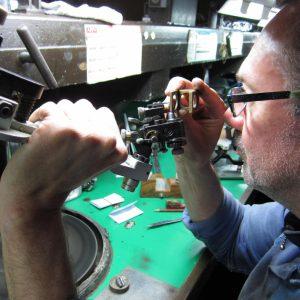 ダイヤモンドカッターはクリーピング技術を使ってダイヤモンドを切断する