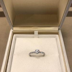 シンプルなプラチナの美しいエタニティデザインの婚約指輪