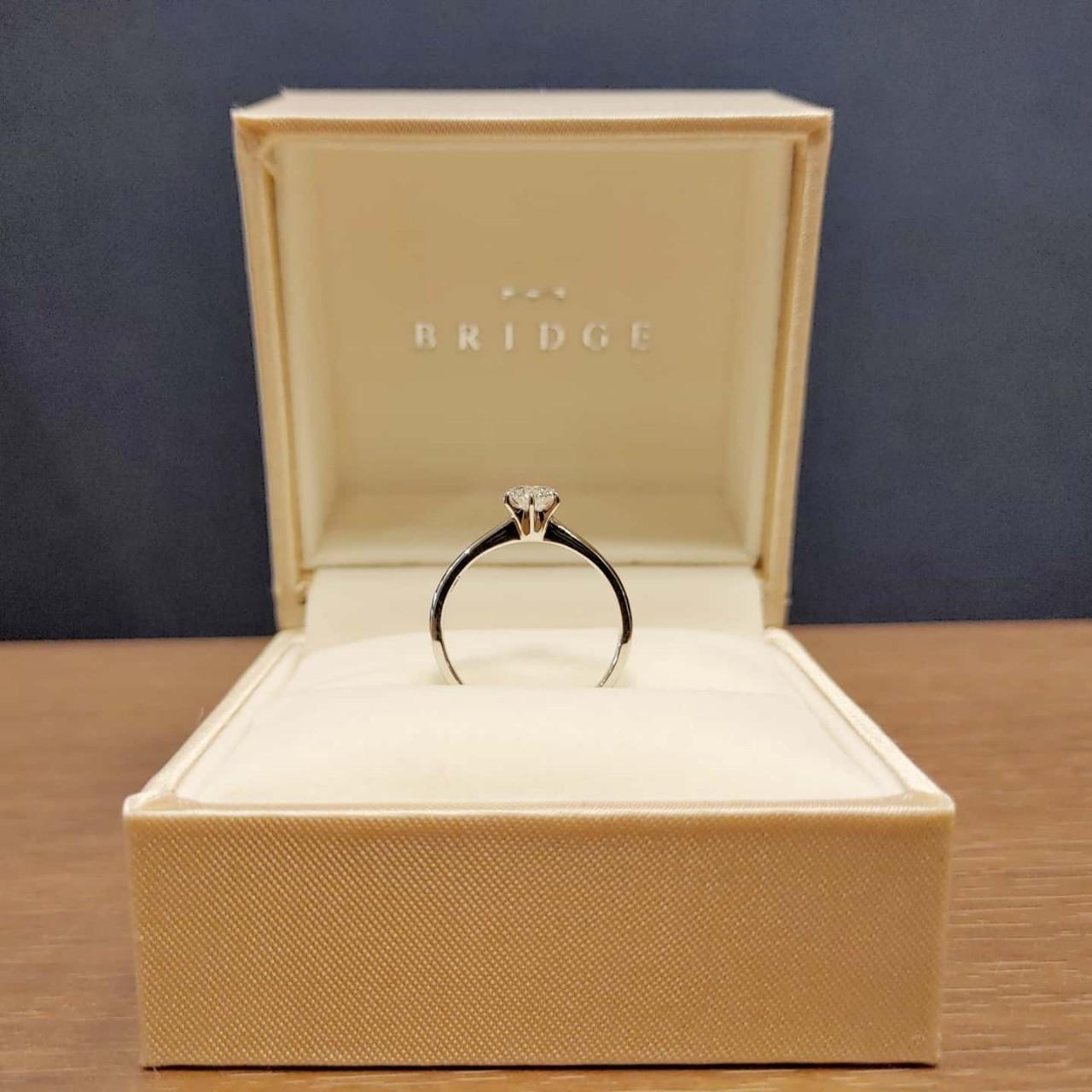 一輪の薔薇をモチーフとしたプラチナシンプルの婚約指輪(エンゲージリング)です。プロポーズリングとしても人気があります。