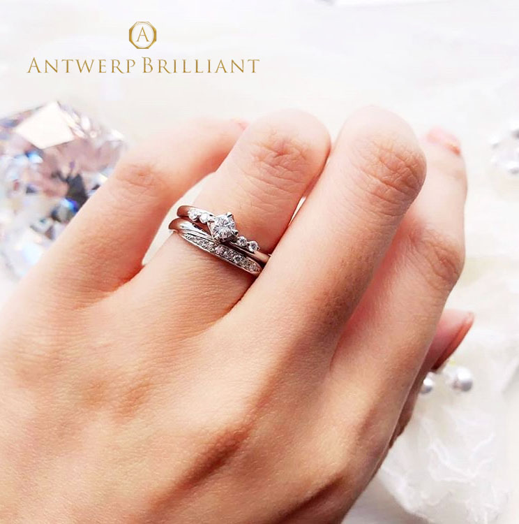 銀座で人気のシンプルで大人可愛い、プラチナとダイヤモンドのバランスが美しいspicaの婚約指輪と結婚指輪 サプライズプロポーズにも人気があるデザインです
