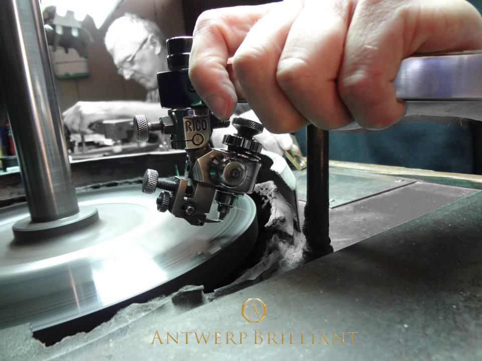 ダイヤモンドは鋼鉄の研磨盤スカイフで劈開の平行に研磨仕上げする