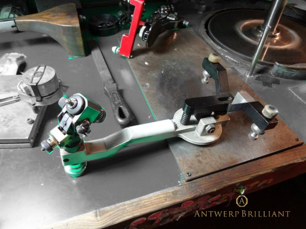 ダイヤモンド研磨のドープとスカイフ原石をドープにセットしてスカイフで研磨しますブリッジ銀座ではフィリッペンスベルト氏を指名
