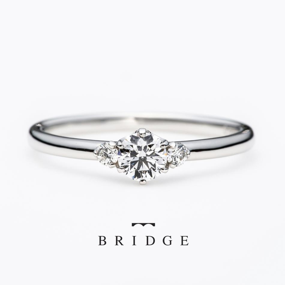 シンプルなプラチナのストレートタイプのエンゲージリング 両サイドに2石ずつダイヤモンドをセッティング BRIDGE銀座AntwerpbrilliantGalleryで人気のAntwerpbrilliantのアステリズム