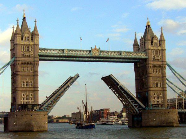 ふたつでひとつの跳ね橋がモチーフになっています。かわいいマリッジリングを探しているかたはぜひ。