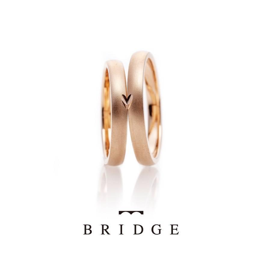 二人のリングを合わせるとハートになる結婚指輪