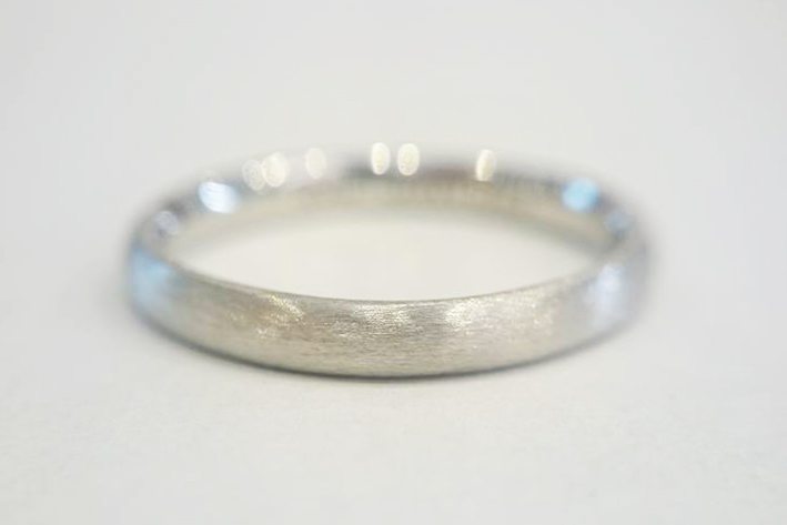 結婚指輪の表面仕上げを人気の艶消しヘアーラインマットを施したプラチナ950