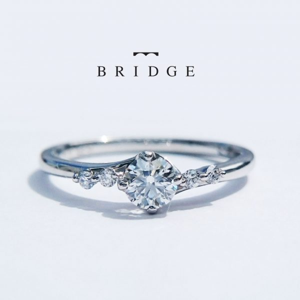 シャープな外反りウエーブラインの婚約指輪カッコいい花嫁に人気サイドメレダイヤモンドも個性的なアクセントBRIDGE銀座のおすすめデザイン