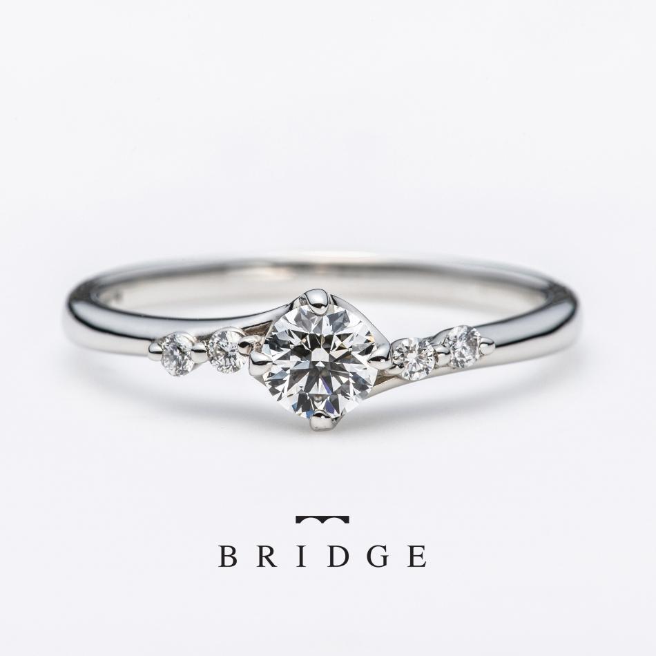 サイドのメレダイヤが美しいエンゲージリング。