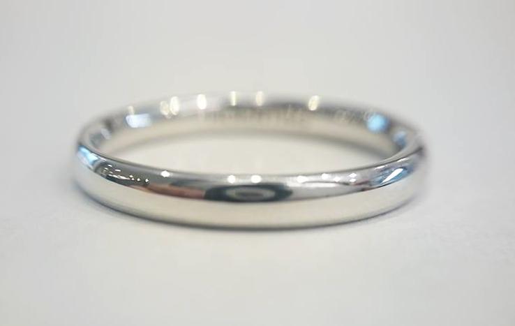 結婚指輪の表面仕上げを磨き上げグロス仕上げしたプラチナ950