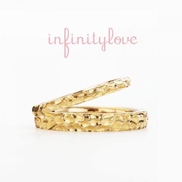 彫刻刀で無造作に彫り込んだアトランダムなデザインが魅力の幅広の太い結婚指輪マリッジリングはインフィニティラブの新作で銀座初登場