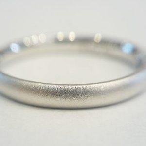 ガーネットメディアで細かな傷を均等につけた艶消し加工をプラチナの結婚指輪に