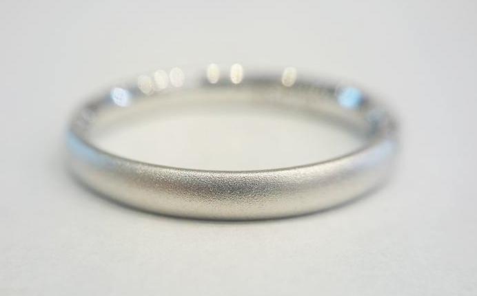 結婚指輪の表面を艶消しマット加工ホーニングマット仕上げしたプラチナ950