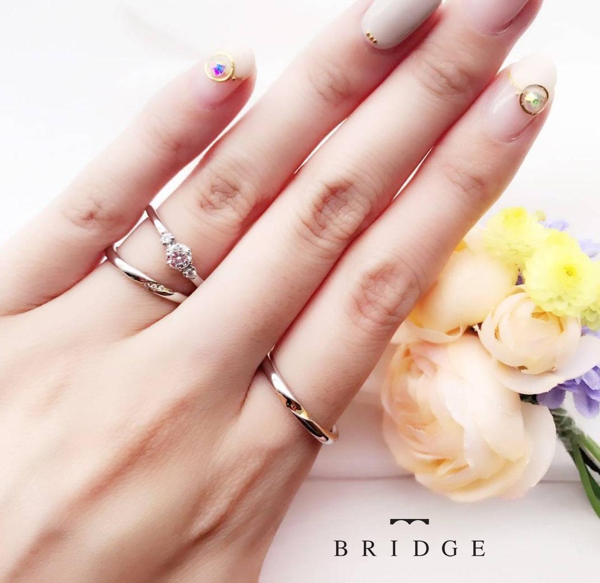 人気の重ねつけスリーストーンダイヤモンドエンゲージとストレートマリッジリング結婚指輪と婚約指輪の重ねつけが花嫁の憧れ