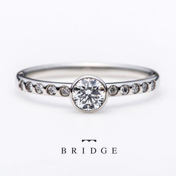 華やかなシンプルエンゲージでフクリン留ベゼルセッティングBEZELダイヤモンドに爪を使わないので普段使いにもピッタリ