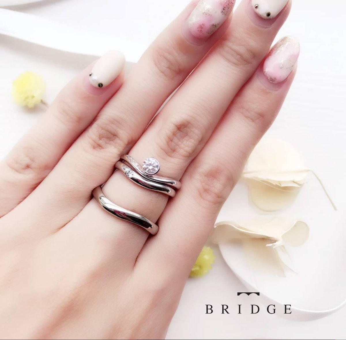 プラチナの磨き込まれた美しさがダイヤモンドを引き立たせるV字ラインの個性的な婚約指輪