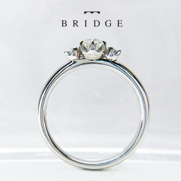 サイドメレのデザインが可愛い婚約指輪が好き♡