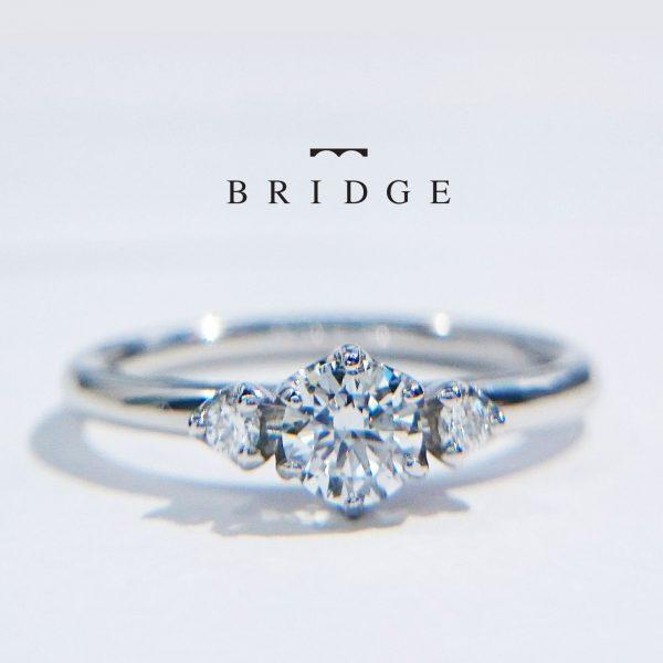 花嫁に人気のスリーストーンデザイン3石ダイヤモンドのエンゲージリング婚約指輪サプライズプロポーズでも使えます