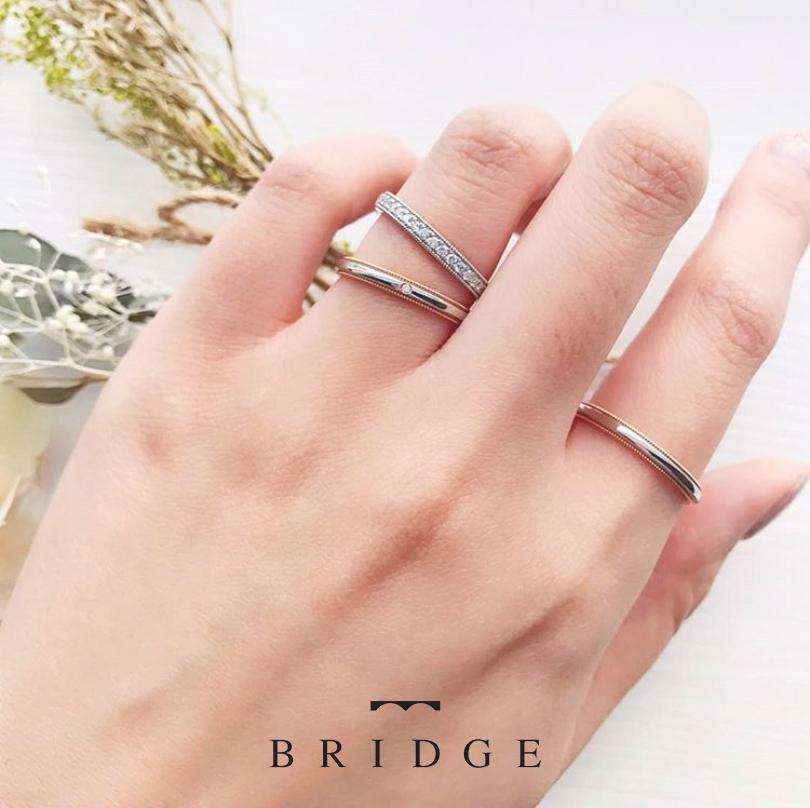 ゴールドとプラチナのコンビがオシャレな結婚指輪。上下のミルグレインがアクセント