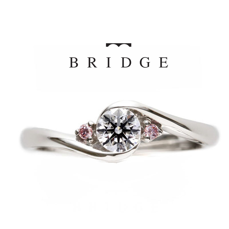 アーチをイメージしたデザイン。サイドメレのピンクがかわいい婚約指輪